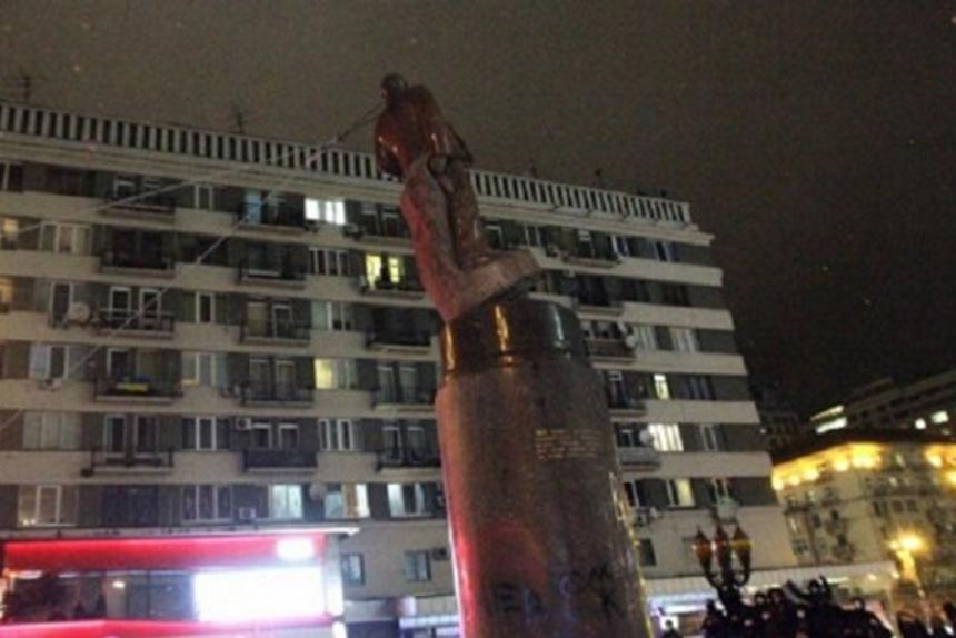 <span>Повалення пам'ятника Леніну в Києві. 2014 рік</span> - Стало відомо, чим замінять Леніна на Бессарабці